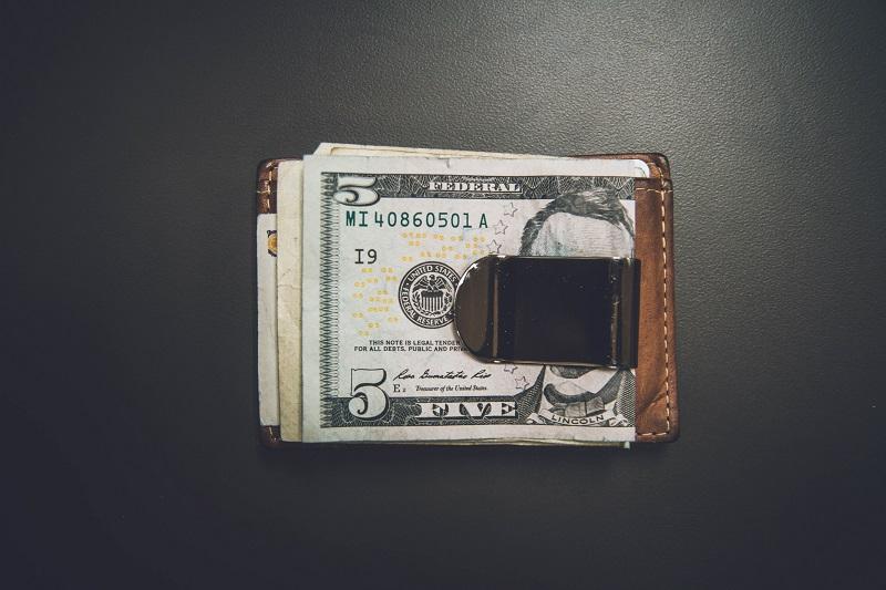 Иметь деньги в кошельке